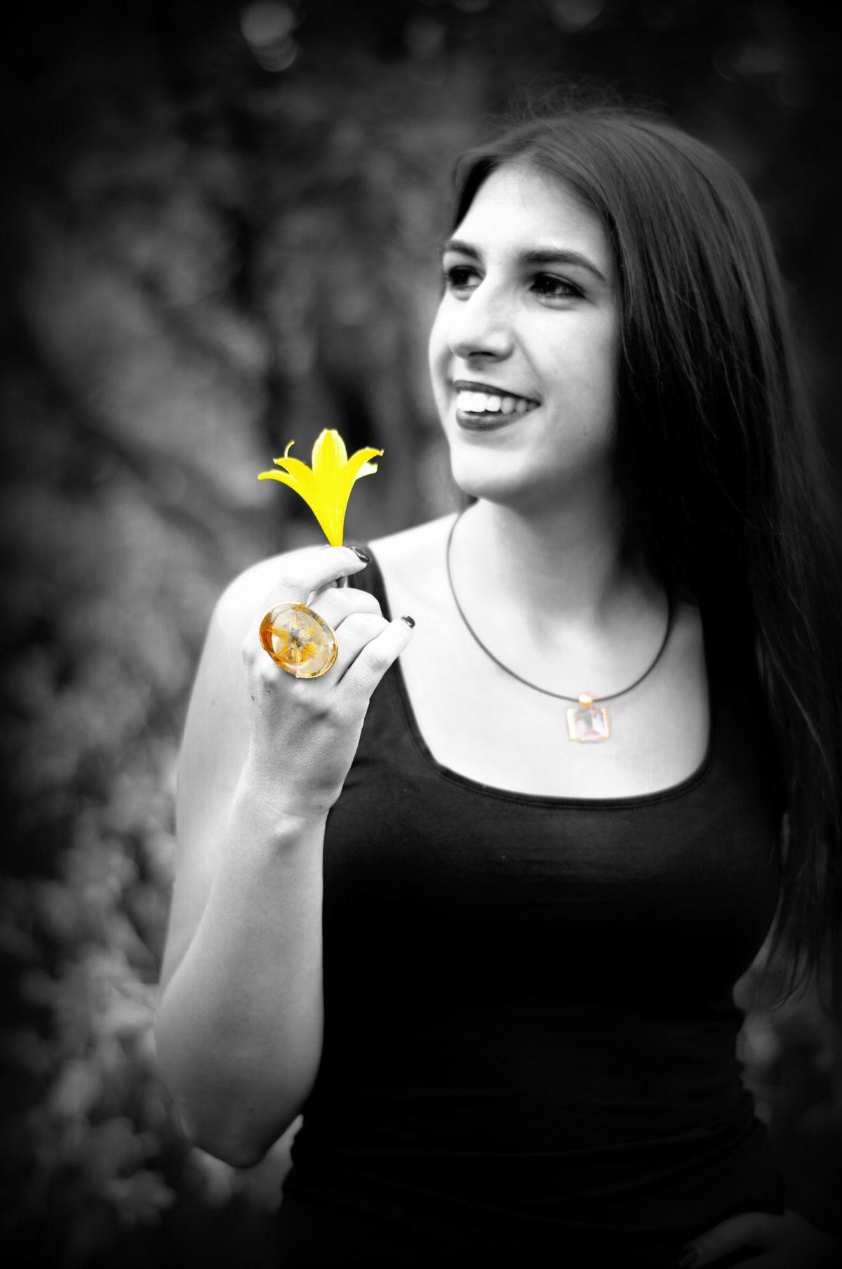 Fotomodell Ring gelbe Blume