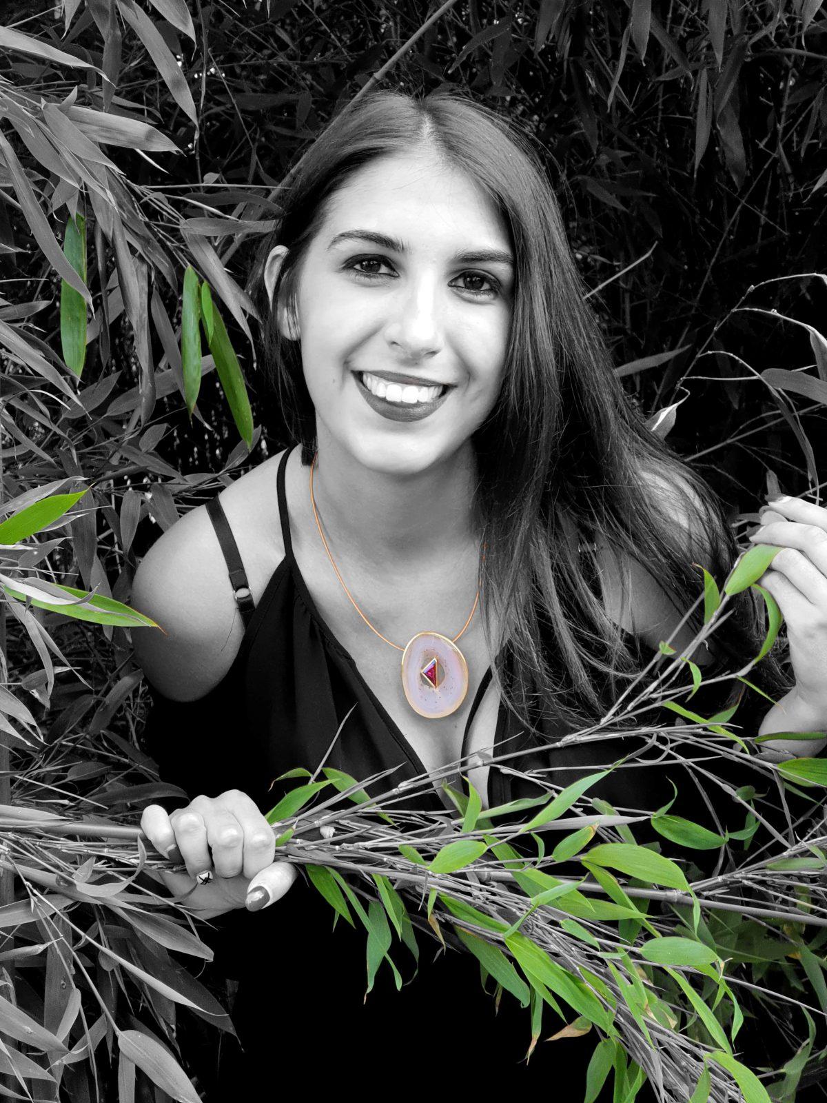 Fotomodell Halskette grüner Strauch